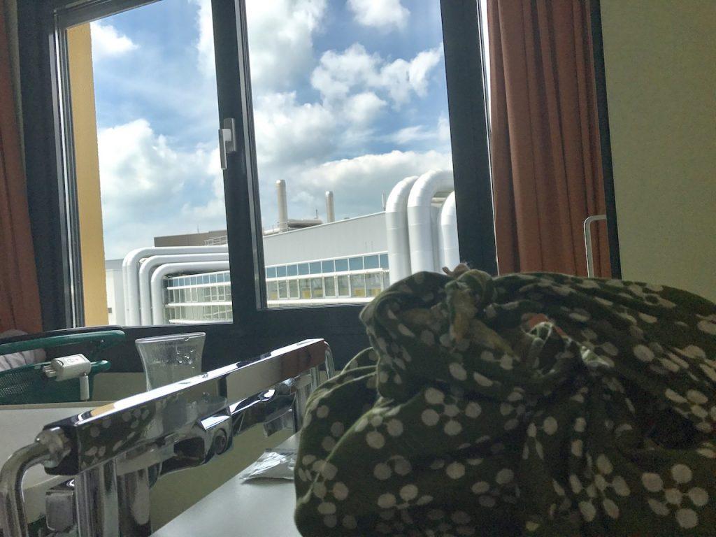 Uitzicht in ziekenhuis. Mijn furoshiki had ik bij me.