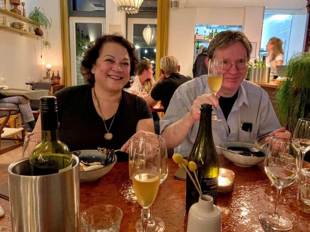 Hans en Astrid bij restaurant 'Uit de Buurt'.